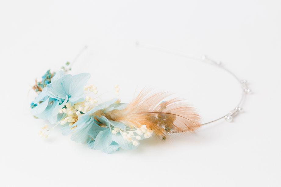 wunderschöner haarreif mit konservierten zartblauen hortensienblüten