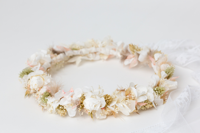 blumenkranz zum brautkleid in weiß natur