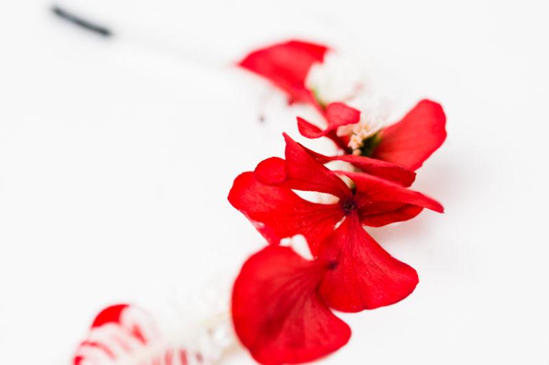 perlenkranz mit konservierter roter hortensie