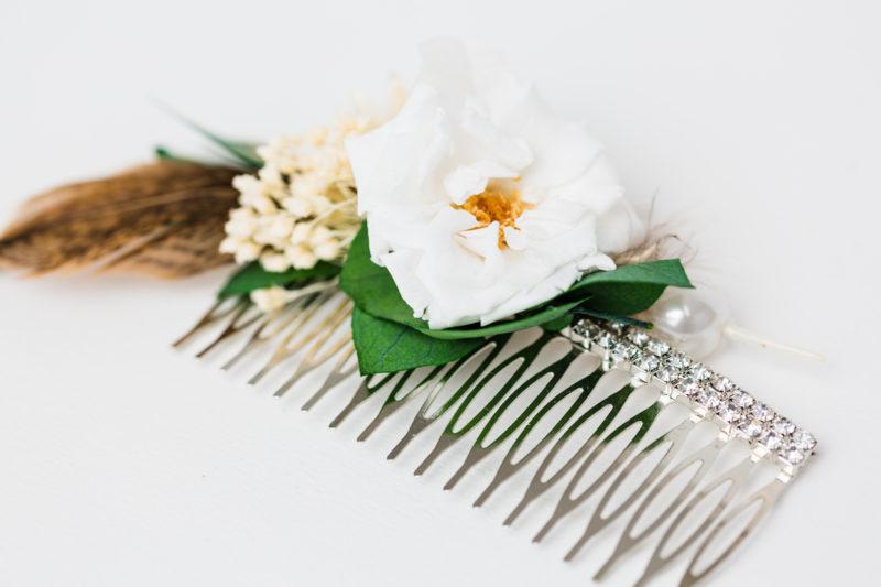 schöner blumenkamm in weiß für die brautfrisur oder zur dirnd frisur