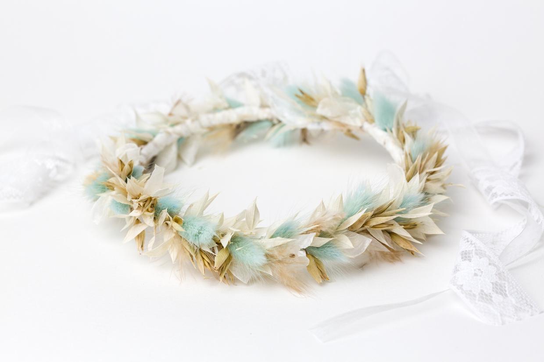 blauer haarkranz mit getrockneten Blüten
