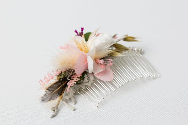 Haarkamm aus Trockenblumen für die Braut